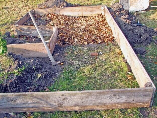 Záhon na snímkach v zjednodušenom tvare kľúčovej dierky. Založila ho účastníčka permakultúrneho kurzu na trávnatom pozemku v oslnenej časti pôvodne dekoratívnej záhrady.