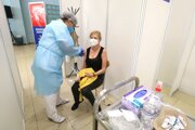 Seniori v pondelok večer opäť začínajú boj o termníny na očkovanie.