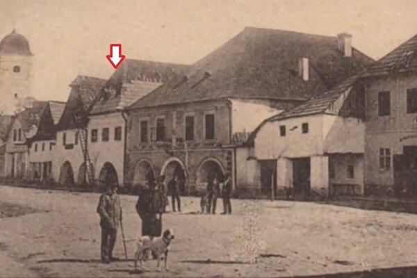 Ešte v roku 1901 mal dom barokovú fasádu s okrúhlymi arkádami, laubňami.