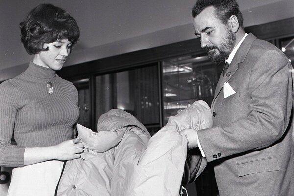 Mária Zacharová, návrhárka podniku Fatran ktorý zásobil expedíciu niektorými časťami výstroja v rozhovore s Arnom Puškášom. Fotografia z roku 1969