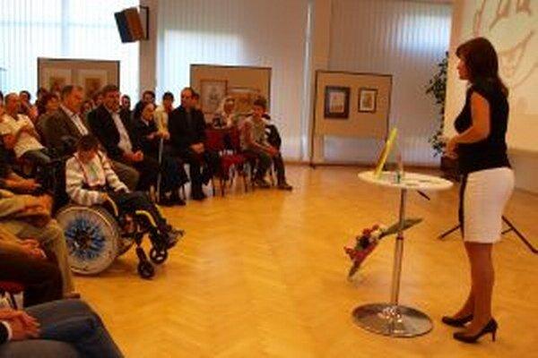 V sále KOS sa stretli predstvitelia mesta, školy, rodičia aj deti. Prihovorila sa im prvá učiteľka špeciálnych tried Marta Bradáčová.