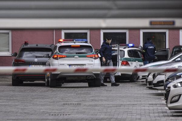 Policajná eskorta priváža obvineného Zoroslava Kollára na Prezídium Policajného zboru.