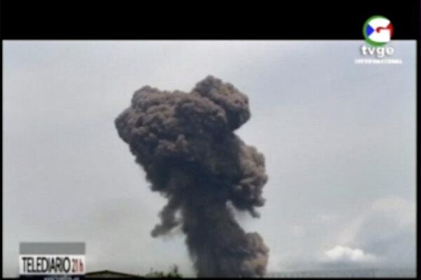 Záber dymu z horiacej vojenskej základne v Bate.