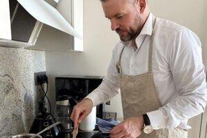 Šéf strany Hlas Peter Pellegrini sa stal terčom vtipov za fotografiu varenia v košeli.