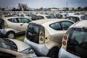 Stovky chátrajúcich elektromobilov Bolloré Bluecar z projektu Autolib´