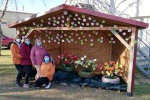 Tulipány z plastových fliaš vyrobili štyri kamarátky.