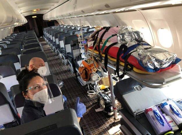 Členovia Záchrannej služby Košice sprevádzajú slovenského pacienta s ochorením Covid-19 a s umelou pľúcnou ventiláciou na palube lietadla z Bratislavy do Dortmundu 6. marca 2021.
