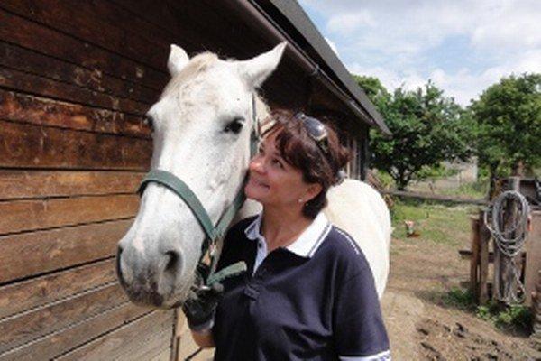 Štyri kobyly žijú u pani Eleonóry v otvorenom ustajnení. Pre chovateľku je dôležité, aby kone žili prirodzene.