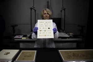 Pracovníčka Izraelského úradu pre starožitnosti Tanya Bitlerová ukazuje novoobjavené fragmenty Zvitkov od Mŕtveho mora v laboratóriu v Jeruzaleme v utorok 16. marca 2021.