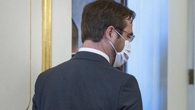 Exminister zdravotníctva Marek Krajčí na odchode z Prezidentského paláca po podaní demisie.