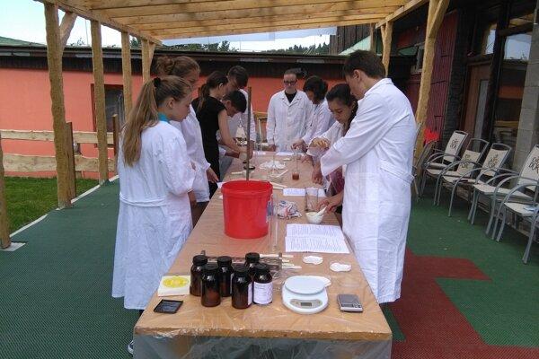 Laboratórne cvičenie s prípravou anorganických pigmentov.