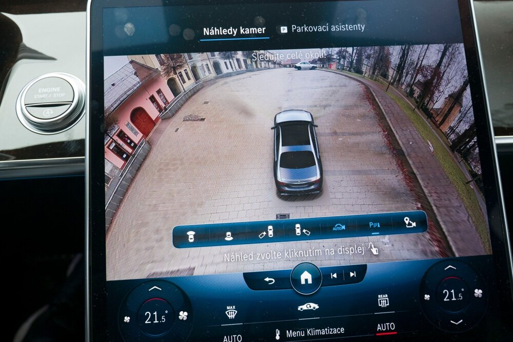 Pri manévrovaní v úzkych priestoroch si možno pomôcť zobrazením auta a okolia z takmer akéhokoľvek uhla. Nejde o novú technológiu v automobilovom priestore, ale Mercedes ju dotiahol k dokonalosti.