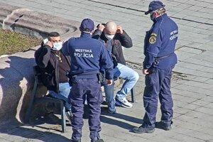 Aj Mestská polícia v Martine kontroluje, či ľudia nosia rúška.