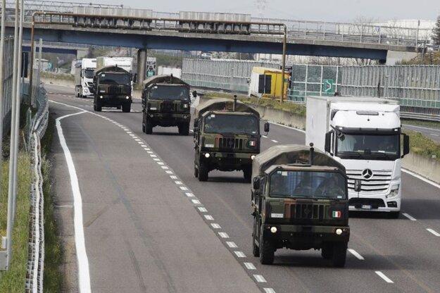 Vojenský konvoj preváža zosnulých z Bergama v priebehu prvej vlny pandémie v talianskom regióne Lombardsko. Archívna snímka z 26. marca 2020.