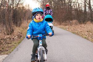 Cestu okolo depa hojne využívajú aj mamičky s deťmi.
