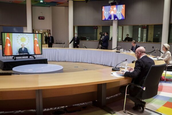 Predsedníčka Európskej komisie Ursula von der Leyenová a predseda Európskej rady Charles Michel hovorili s tureckým lídrom Recepom Tayyipom Erdoganom na videokonferencii.