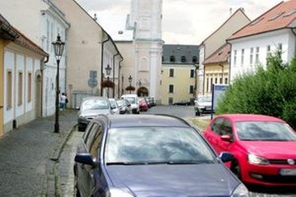 Historické budovy na hradnom kopci lemujú autá.
