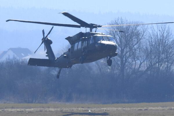 Pristávanie vrtuľníka Blackhawk na leteckej základni v Prešove.