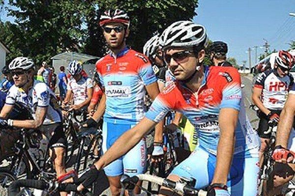 Cyklisti CK Dynamax Nitra R. Šiška a J. Čerešňák na štarte pretekov.