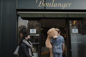 Majiteľ kníhkupectva Philippe Labourel, ktorý chce, aby ho volali Otec plyšových medveďov, nesie plyšové medveďa do baru v Paríži.