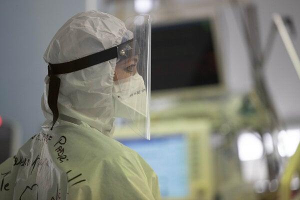 Zdravotnička na covidovom oddelení nemocnice.