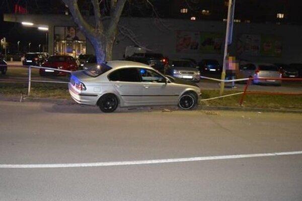 17-ročný vodič narazil autom do zábradlia.