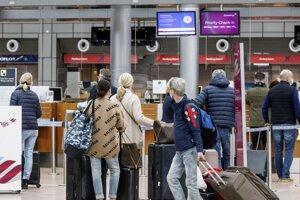 Nemeckí pasažieri na letisku.