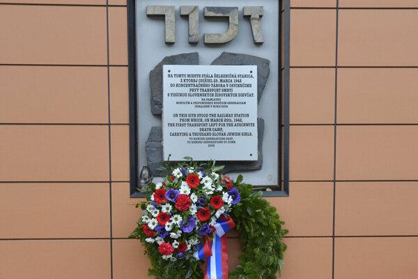Pamätná tabuľa na železničnej stanici v Poprade počas pietnej spomienky na prvý transport židovských dievčat a žien do koncentračného tábora Osvienčim.