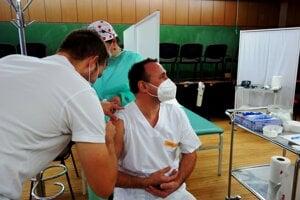 Richard Koyš (vpravo), zástupca prednostu Kliniky anestéziológie aintenzívnej medicíny UNM, pri očkovaní.