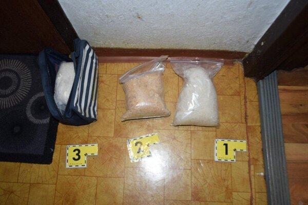 Trnavskí kriminalisti počas dlho pripravovanej akcie zaistili takmer tri kilogramy pervitínu, marihuanu a zadržali tri osoby.