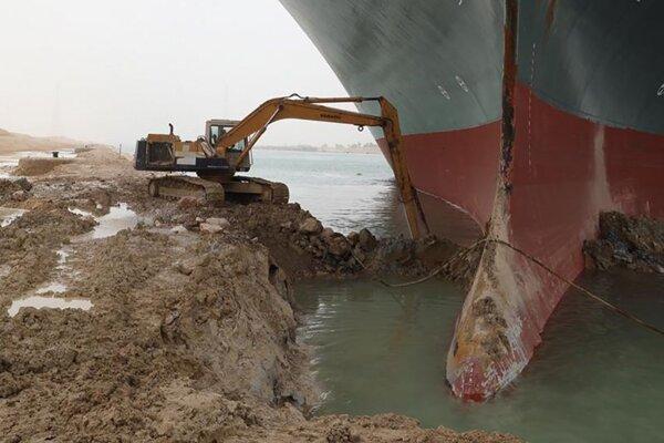 Práce na odtiahnutí nákladnej lode Ever Given, ktorá uviazla na plytčine v Suezskom prieplave pri egyptskom meste Suez 26. marca 2021 na mieste nehody.