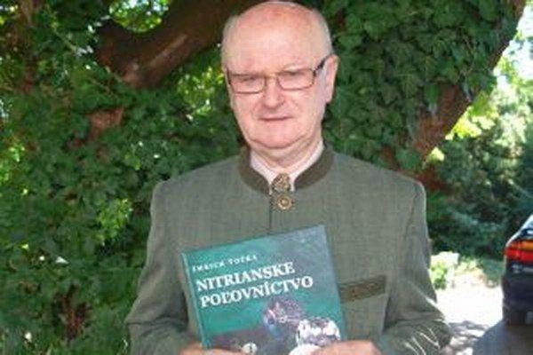 Poľovník a spisovateľ Imrich Točka so svojou knihou o poľovníctve v našom regióne.