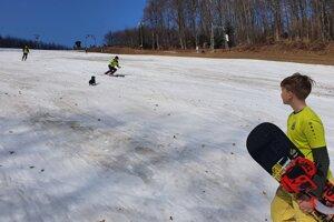 Posledný sneh ešte využilo pár milovníkov zimných športov.