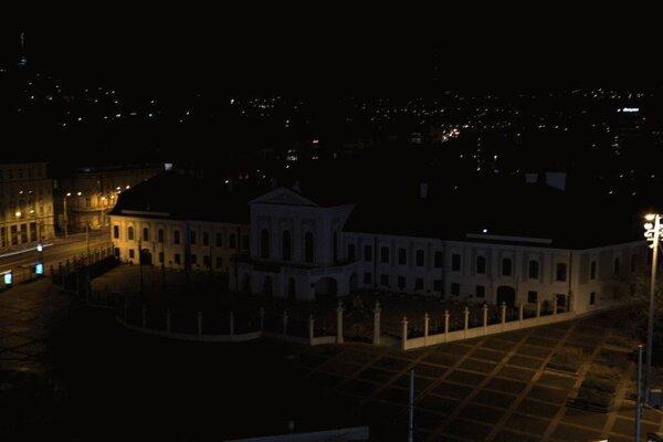 Prezidentský palác sa zahalil do tmy.