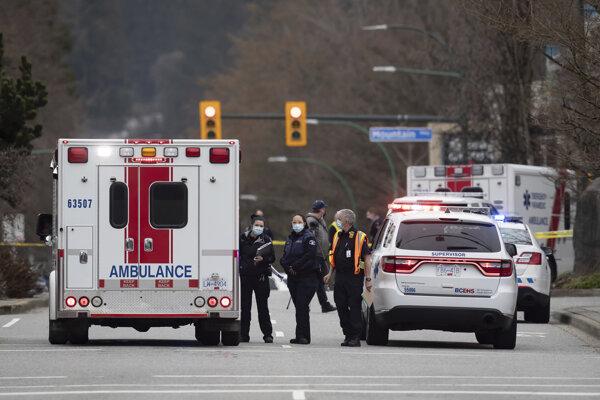 Polícia a zdravotníci na mieste činu.