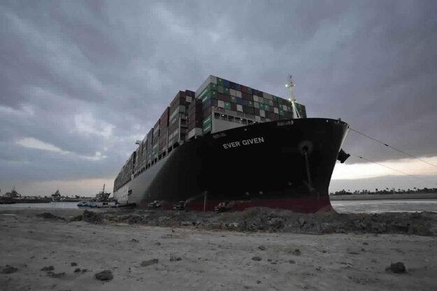Loď sa podarilo vyslobodiť v pondelok 29. marca.