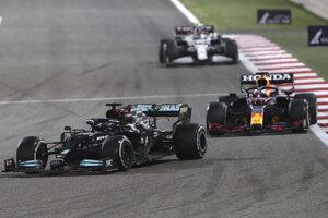 Lewis Hamilton tesne pred Maxom Verstappenom počas Veľkej ceny Bahrajnu.