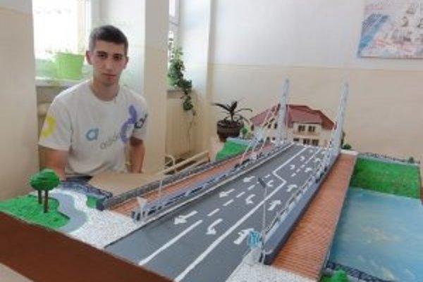 Andrej Matejov zhotovil najnovší nitriansky most iba z lepenky.
