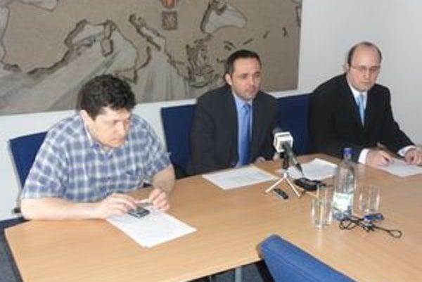 Jozef Mečiar (vľavo), Martin Alföldi a Marián Rakovský. Určitý čas zastával funkciu prednostu na MsÚ v Šali.