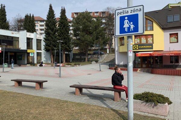 Jedna z nových značiek je aj tabuľa označujúca vstup na námestie.