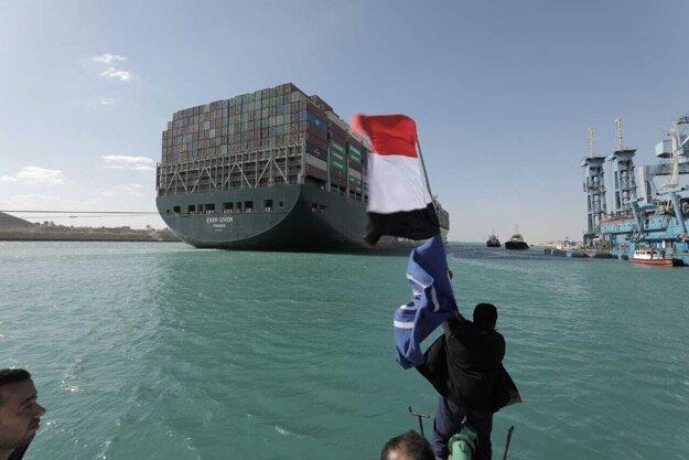 Na jej vyslobodenie čakali desiatky lodí na oboch koncoch prieplavu i tých, ktoré už uviazli v systéme kanálov.