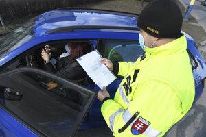 Policajt kontroluje dodržiavanie opatrení.