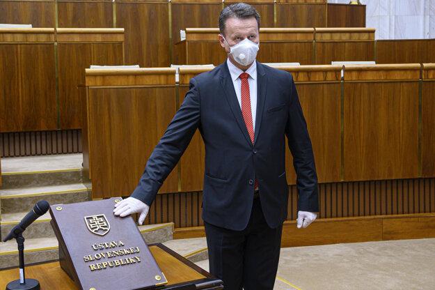 Poslanec za Sme rodina Jozef Hlinka pri skladaní poslaneckého sľubu.