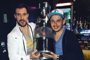 Nitriansky fanúšik Marek Balázs (vpravo) s majstrovskou trofejou a najlepším extraligovým strelcom v histórii klubu Henrichom Ručkayom.