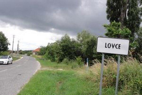 Rady ZOMOS-u využili nedávno aj v Lovciach v okrese Zlaté Moravce, kde odvolávali údajne nečinnú starostku. Za jej pád sa vyslovila drvivá väčšina voličov, starostka však referendum považuje za nezákonné.