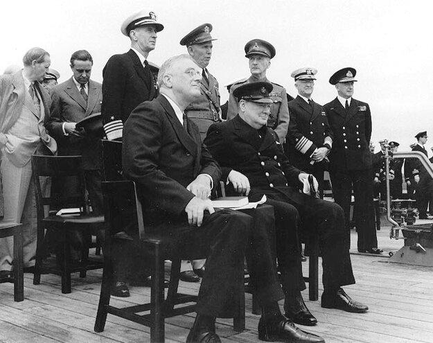 F. D. Roosevelt a britský premiér Winston Churchill na palube britskej bitevnej lode Prince of Wales v roku 1941.