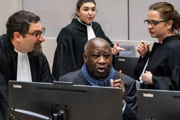 Bývalý prezident Pobrežia Slonoviny Laurent Gbagbo hovorí so svojimi obhajcami v súdnej sieni Medzinárodného trestného súdu (ICC) v holandskom Haagu 6. februára 2020.