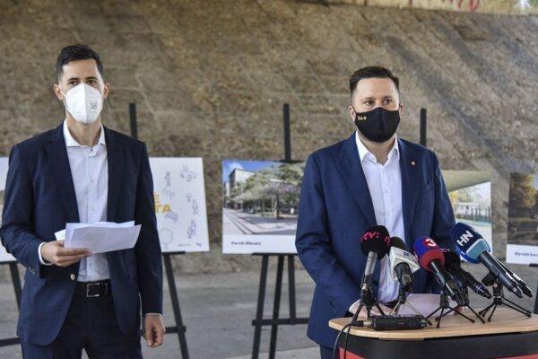 Primátor Bratislavy Matúš Vallo (vpravo) a riaditeľ Metropolitného inštitútu Bratislavy Ján Mazúr počas tlačovej konferencie v rámci predstavenia projektu Živé miesta - Bratislava, ktorý prináša veľkú obnovu verejných priestranstiev.