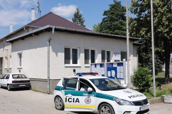 Pred obecným úradom hliadkuje pravidelne polícia. Dohliada na poriadok v Lovciach po vášne budiacom referende.