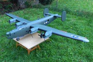 Najnovší model z dielne bratov Oravcovcov. Maketa bombardéra z druhej svetovej vojny B-24 Liberator o rozpätí 280 cm a hmotnosti 12 kg. Zaujímavosťou je, že tento model je pilotovaný dvomi modelármi naraz. Hlavný pilot riadi letové možnosti modelu, ko-pilot sa stará o telemetriu, zaťahovací podvozok, svetlá a činnosť guľometných strieľní a odhod malých maketových bômb z bombovnice modelu.